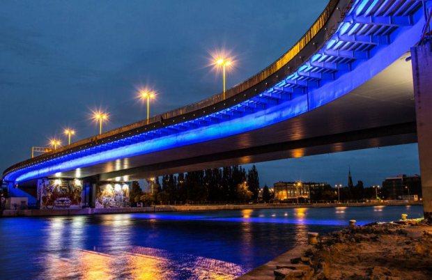 Podświetlona Trasa Zamkowa nocą - to jedno z obowiązkowych miejsc, jakie trzeba zobaczyć podczas wizyty w Szczecinie. Autor zdjęcia: Dominik Sękowski