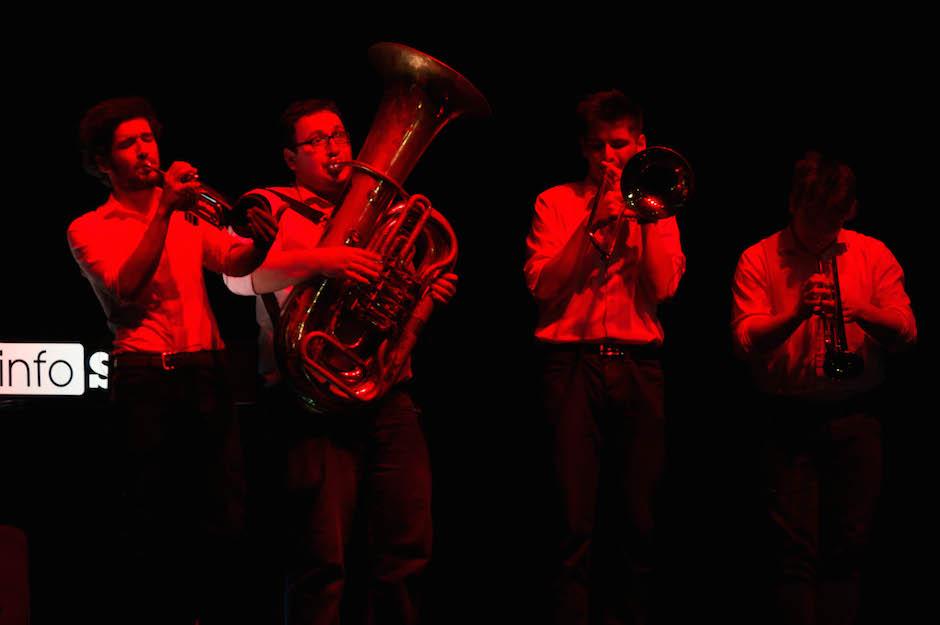 Orkiestra dęta Long Street Brass to świetny pomysł na takie eventy. W przerwach technicznych umilała oczekiwanie, pomiędzy prezentacjami nie było krępującej ciszy lub tandetnych stockowych melodyjek z głośników. Podczas pitchy start-upów orkiestra w baaaardzo donośny sposób oznajmiała koniec czasu.
