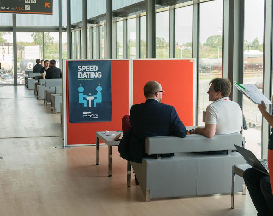 Podczas tegorocznego Infoshare sporo miejsca i czasu poświecono start-upom. Na zdjęciu widzicie miejsce, gdzie można było na spokojnie siąść i porozmawiać z inwestorem na temat ewentualnej współpracy. Dla osób kompletnie niezorientowanych sytuacja jak na zdjęciu, mogła wydać się dość… osobliwa ;)