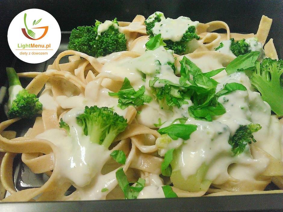 Lekki obiad we włoskim stylu, czyli pełnoziarniste tagliatelle w sosie serowym z brokułami.