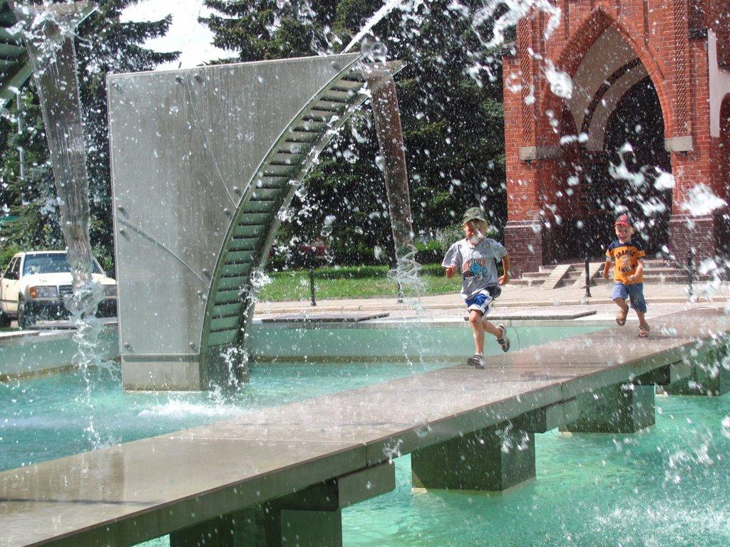 1 miejsce - Alina Kolus. Zdjęcie wykonano latem 2013r. Przedstawia dzieci bawiące się pośród nowej fontanny przed Kościołem Garnizonowym. Przedtem był tu basen przeciwpożarowy, nowa fontanna odczarowała to miejsce...