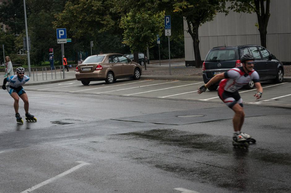 Na drodze pojawili się rolkarze. Brali udział w dzisiejszych zawodach - kolejka zaczęła mocno dopingować zawodników.