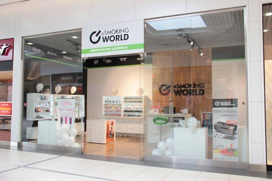 Sklep e-SmokingWorld znajduje się na poziomie 2 w miejscu sklepu Manso. W ofercie e-papierosy Grupy Chic – europejskiego lidera branży e-papierosowej: Mild, Volish, Provog czy LiQueen.