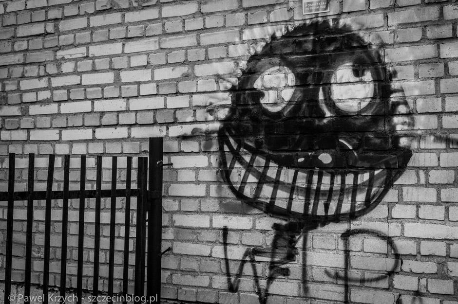 Na murach widać oznaczenia miejsc, które są niebezpieczne. Bo właśnie m.in. tutaj inni tracili zmysły, coś dziwnego działo się z umysłem ludzi.