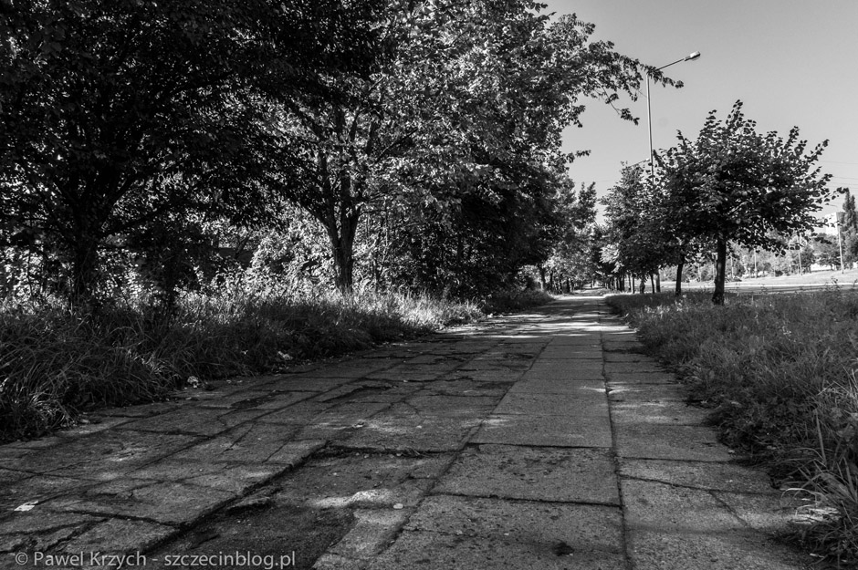 Kiedyś popularny trakt pieszy, teraz opustoszałe okolice.