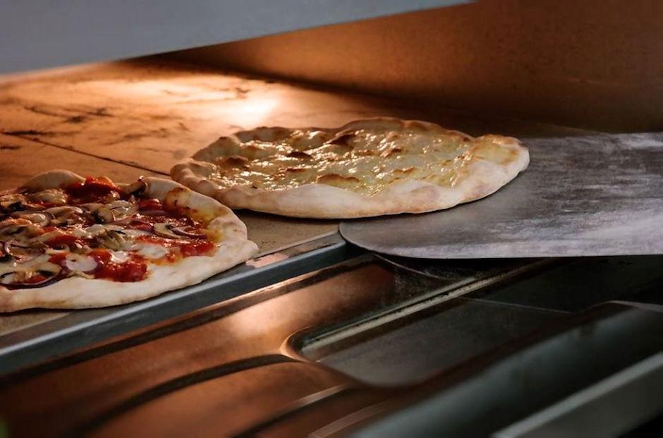Codziennie w mąka.bar na Deptaku Bogusława do godziny 15.00 można zjeść każdą pizzę 50% taniej.