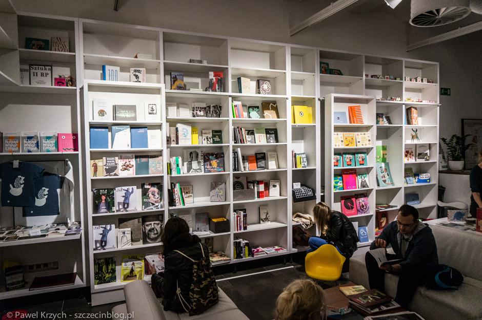 Moja ulubiona księgarnia w mieście. Mogę tam siedzieć godzinami, a kolekcja książek z tego miejsca coraz bardziej siępowiększa u mnie na półce.