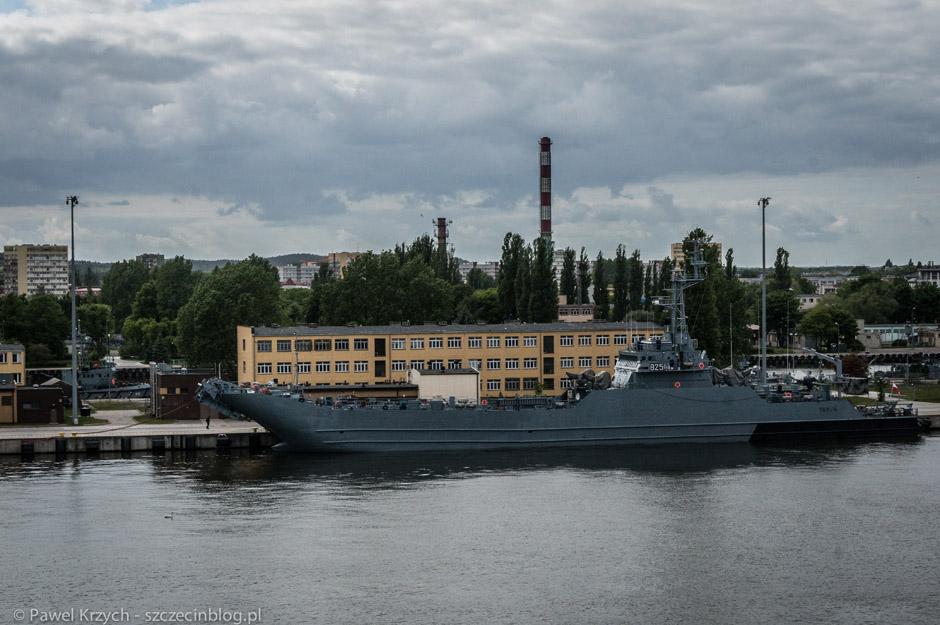 W tle nabrzeże Marynarki Wojennej oraz jednostka ORP Toruń,