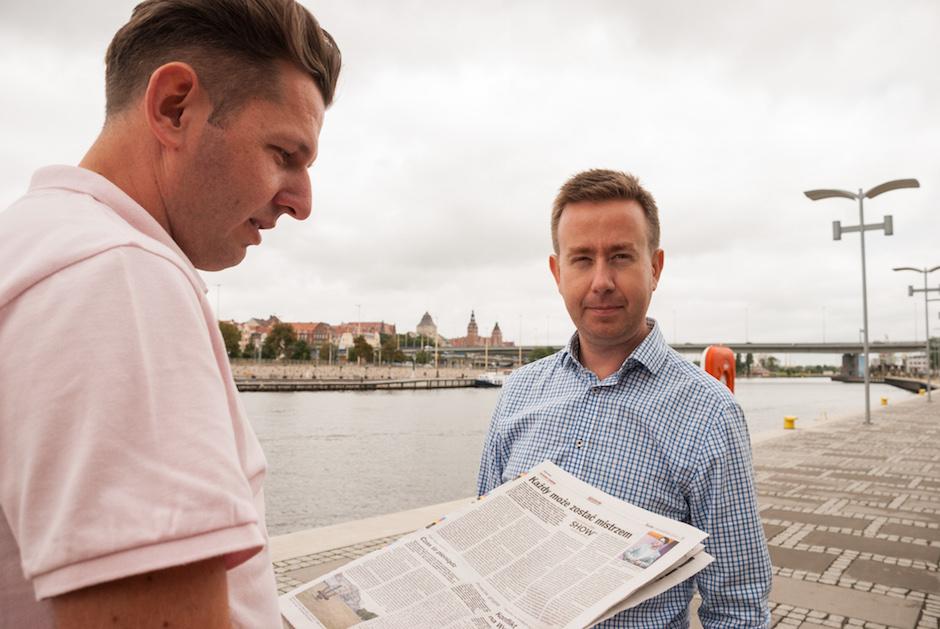 Organizatorzy - Marcin Przeworski oraz Michał Hamera zapoznają sięz publikacją o wydarzeniu w Kurierze Szczecińskim.