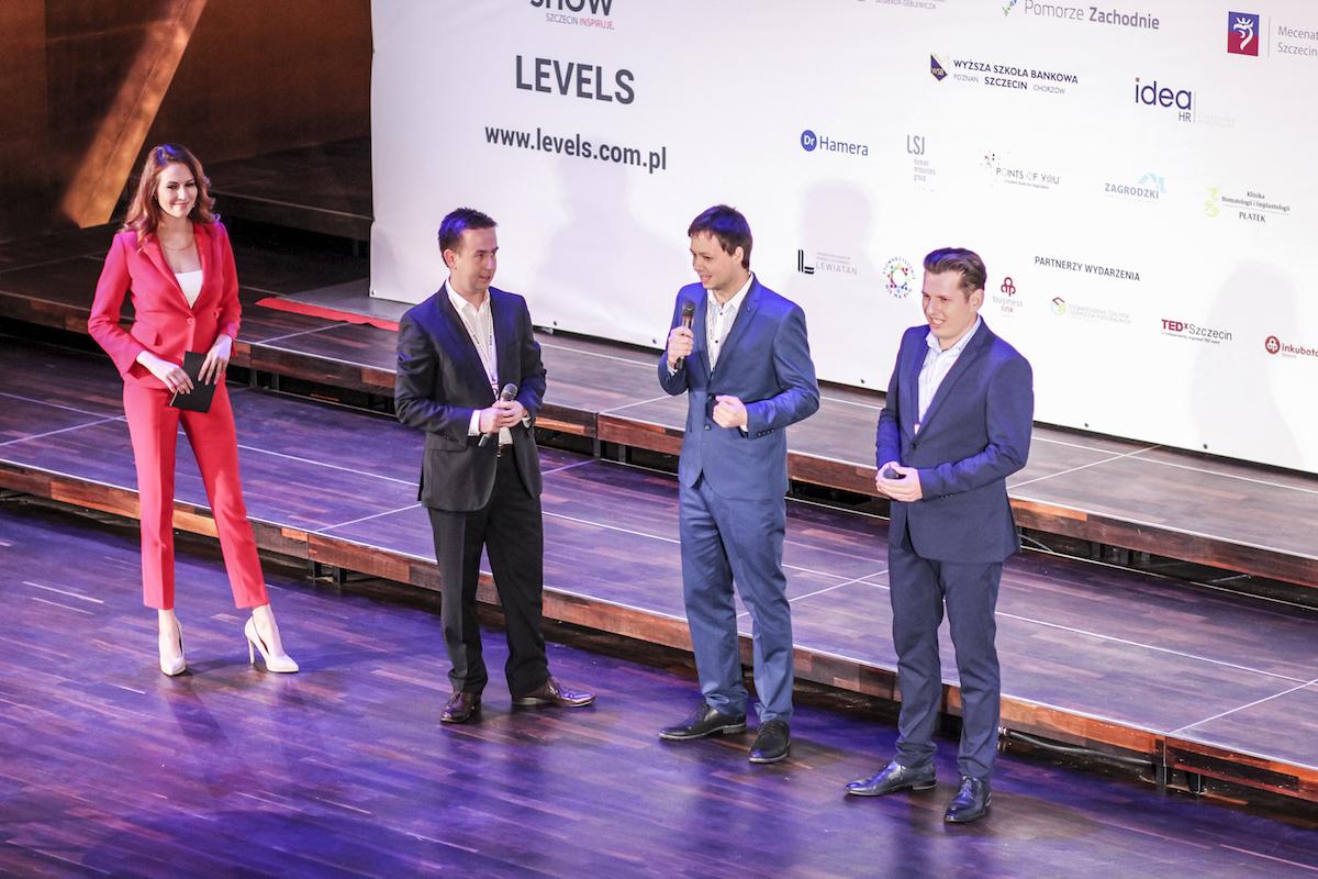 Organizatorzy na scenie - Michał Hamera, Konrad Dembczyński, Marcin Przeworski. Fot. Oskar Błaszkowski