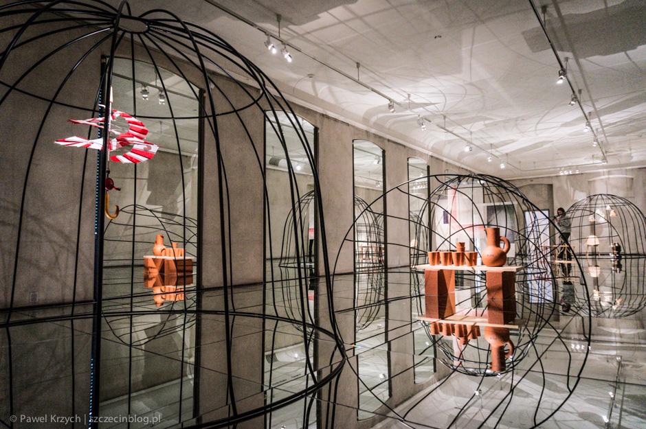 Chcesz by wystawa wyglądała niezwykle? Wyłóż podłogi i ściany lustrami. W pierwszej chwili nie wiedziałem, czy można wchodzić do tego pomieszczenia, na szklaną podłogę.