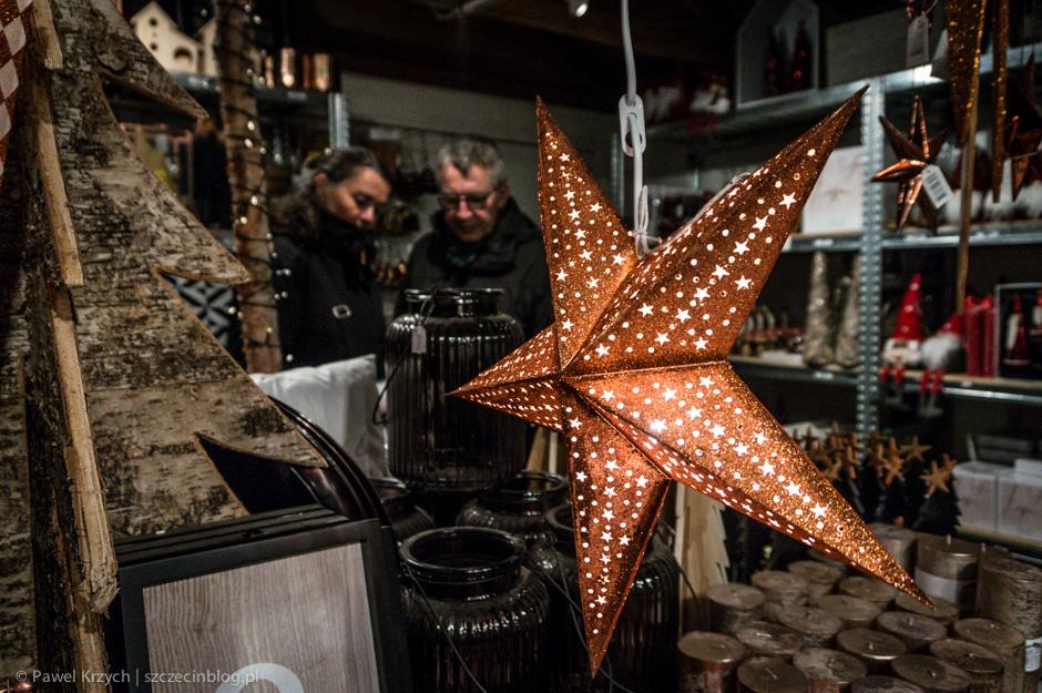 Praktycznie w całej Skandynawii bardzo popularne są takie rozświetlone gwiazdy. Początkowo myślałem, że to masywniejsze konstrukcje, jednak okazało się, że są to składaki z papieru z żarówką w środku.