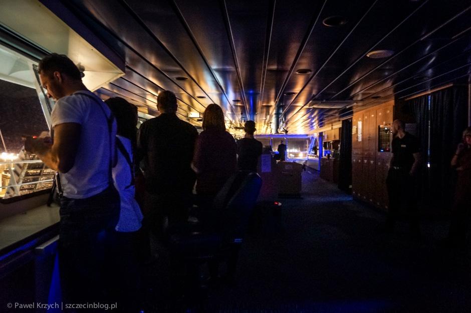 Zaskoczenie: na mostku jest ciemno, marynarze skupiają się na manewrach i tym, co jest za oknem.