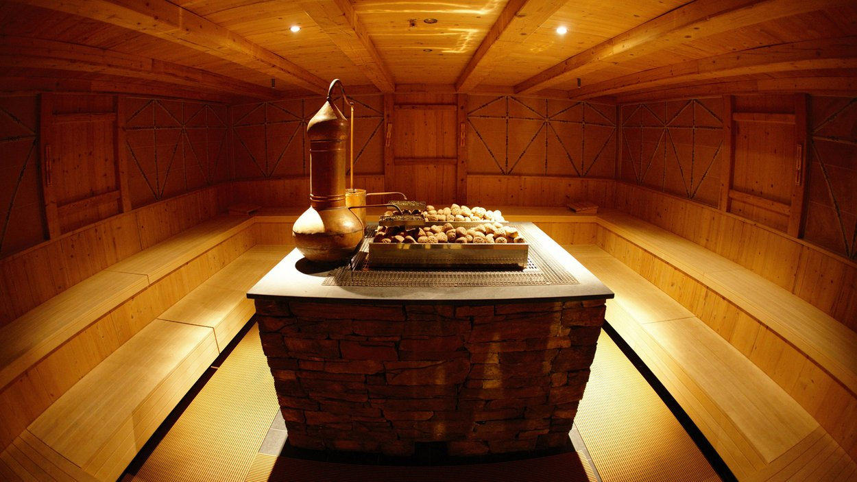 To konkretnie zdjęcie pochodzi ze strony internetowej tropical-islands.de. W strefie saun nie wolno robić zdjęć. Do wszystkich saun trzeba wchodzić nago. Ludzie się stosują i trzeba przyznać, że tak jest całkiem naturalnie. Jest po prostu wygodniej. W Szczecinie w saunach też często jest napisane, że nie powinno się wchodzić w ubraniu, jednak mało kto się do tego stosuje. Każda sauna ma swój unikalny design.