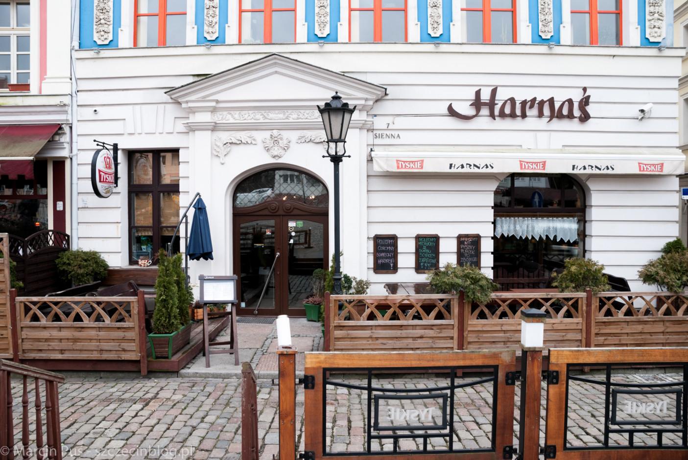 Harnaś znajduje się na Podzamczu (Rynek Sienny) w pięknej, niebieskiej kamienicy, która mocno wyróżnia się koloroem i wykończeniem w okolicy.
