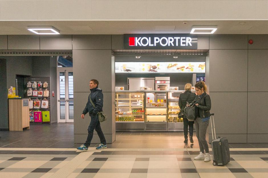 W głównym hallu dworca są aż trzy kolportery.