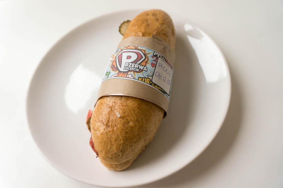 Każda kanapka opatrzona jest superbohaterską etykietą, w której znajdziemy informacje o dniu przygotowania i składnikach.