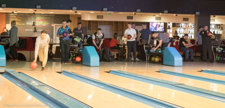 Członkowie Ligi Bowlingowej w akcji.